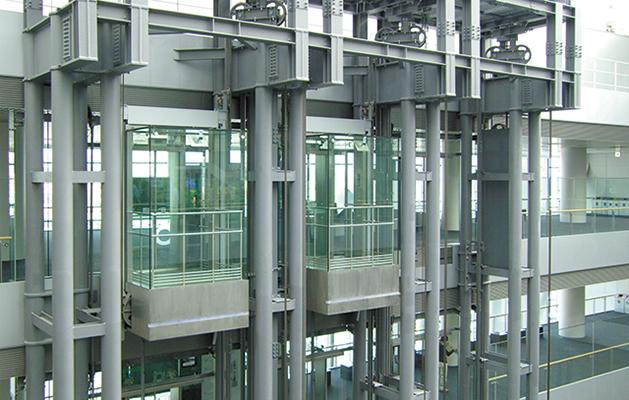 2006年にオープンした盛岡駅西口複合施設「いわて県民情報交流センター(愛称アイーナ)」にダイコーが納めた総ガラス張りエレベーター。