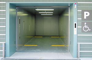 大阪・ウインズ梅田には、174人が一度に乗れる11トン人荷用 エレベーターを納入。