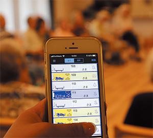 ケアスタッフが入居者一人ひとりの 状況をスマートフォンで確認できる。