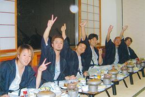 2008年の社員旅行で、茶髪時代の 石川社長(左手前)。