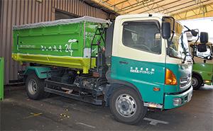 古紙リサイクルステーション「こしのえき」のコンテナを運ぶ 自社トラック