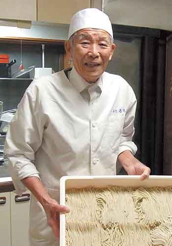 自宅の「佐藤庵」でそば打ちをして振る舞う佐藤氏。招待客から「次の開店はいつ?」 とせがまれる腕前だ。(2011年撮影)