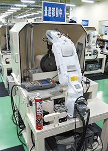 研磨作業の負担を軽減するため、ロボットも導入