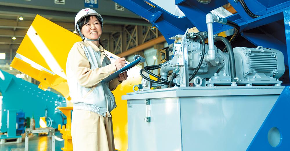 日本海に面した本社工場で、完成間近の破砕機を検査するスタッフ。