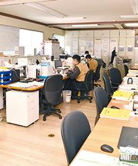 島型デスクが特徴的な本社オフィス
