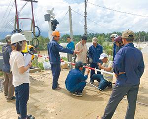 ベトナム鉄道の踏切遮断機設置の様子