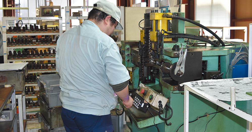 デバイスウォッチャーのスイッチを押しクラウドに作業状況を伝える社員。