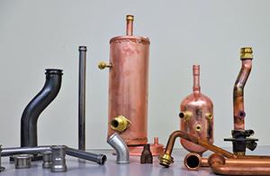 多種多様な金属材料を使い、創業以来、数十万種というパイプ加工製品を作 り続けている。