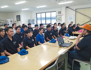 外国人実習生向けに品質を高めるための教育を継続的に 行っている。