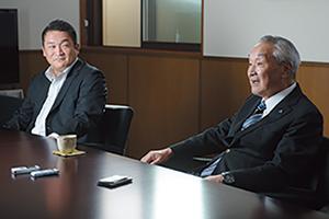代表取締役社長の横山隆太氏(左)と横山正己氏。子ども のころから会社や社員と親しませることで円満な事業承継 を実現した。